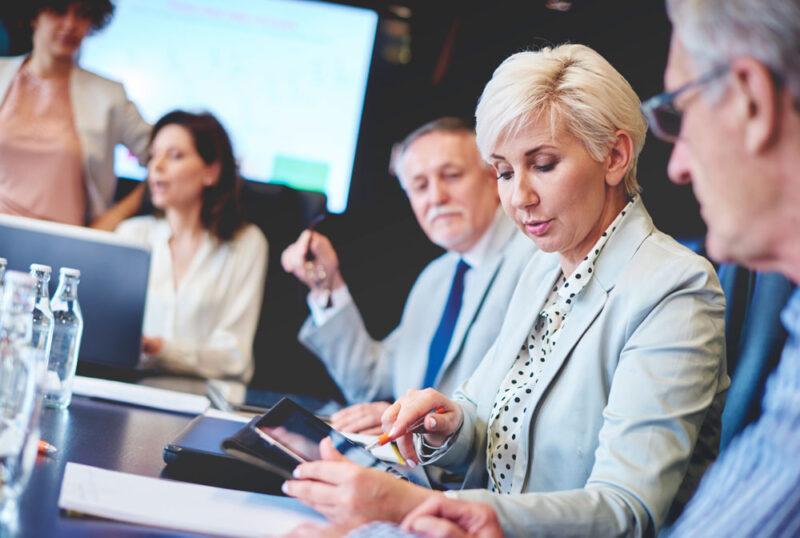 Digitalisierung umsetzten: Die Belegschaft bei einer Besprechung zur Digital-Strategie