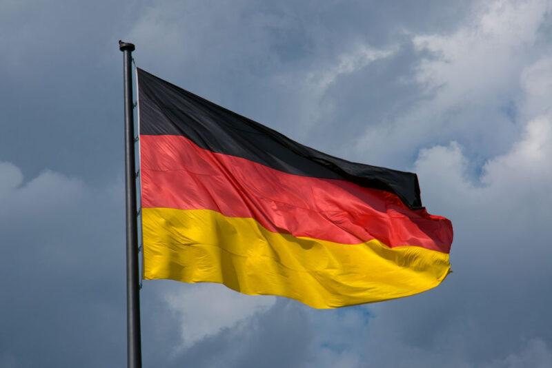 Deutschlandflagge vor Gewitterwolken die Datenschutzgrundverordnung in Deustchland