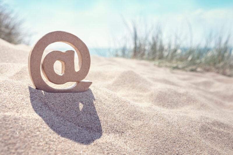 At Symbol am Strand als Symbol für eine Phising-Mail