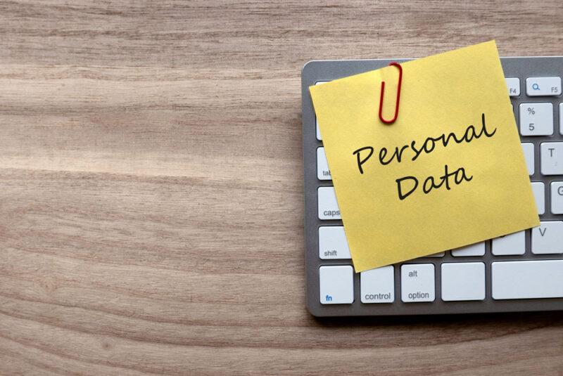 """Post it auf einer Tastatur mit der Aufschrift """"Personal Data"""" als Symbol für eine DSGVO Checkliste"""