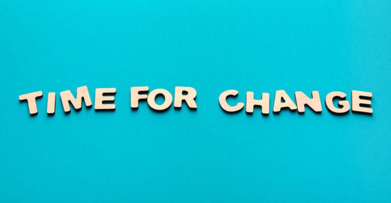 """Schriftzug """"Time for Change"""" auf grünem Hintergrund"""