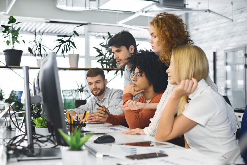 Ein Team von Fachkräften dass gerade potentielle Innovationen bewertet
