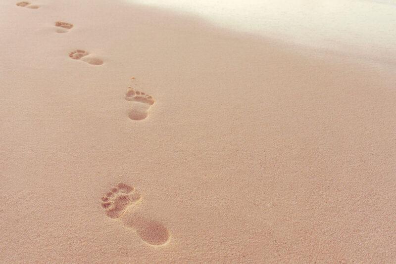 Menschliche Fußspuren im Sand am Strand