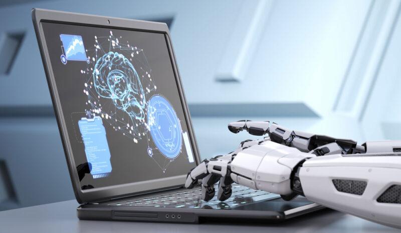 Künstliche Intelligenz dargestellt als Roboter am Computer
