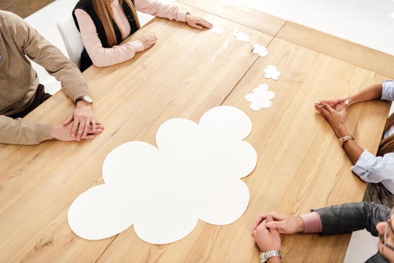 Wolke auf einem Tisch als Symbolbild für Cloud Computing